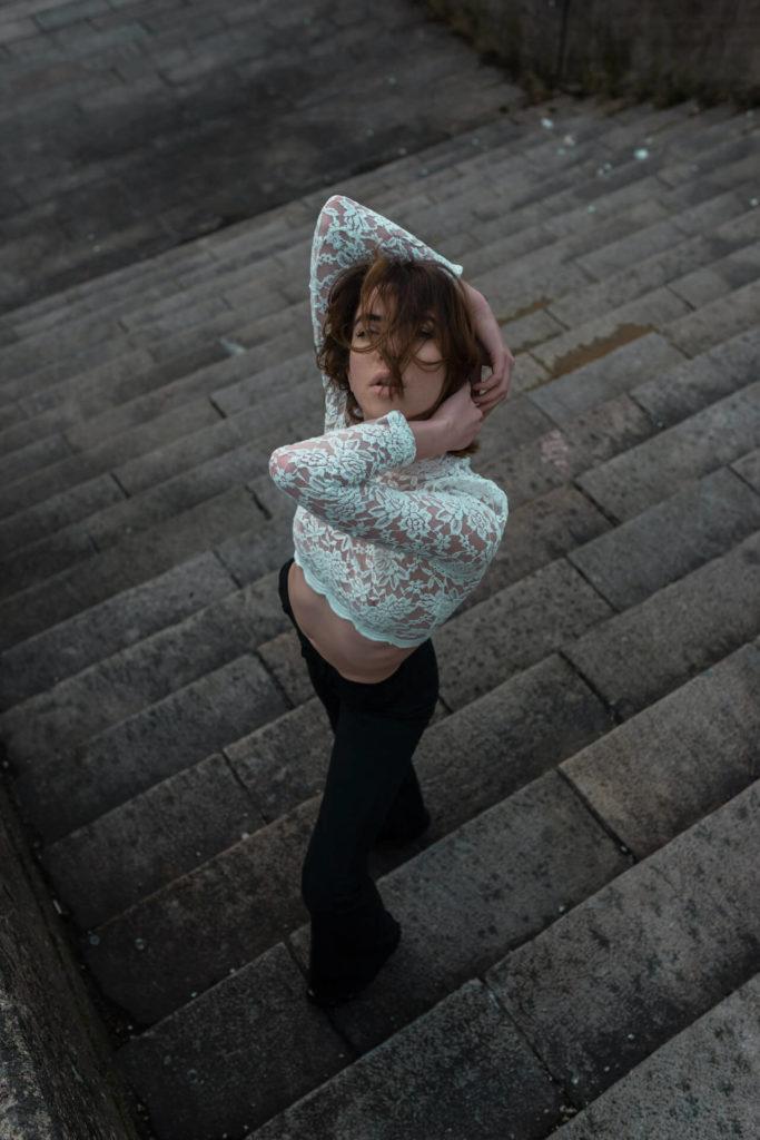 Rusne Gabriele Donaityte pozuoja ant laiptu